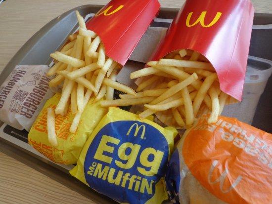 McDonald's Tumon JP Super Store: 昼でもソーセージエッグマフィンあり