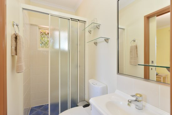 Kookas Bed U0026 Breakfast: Two Way Bathroom From Family Bedroom
