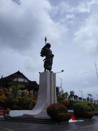 Pulau Nusalaut, Ινδονησία: Patung Martha Christina Tiahahu yang berdiri tegak memandang Laut Banda