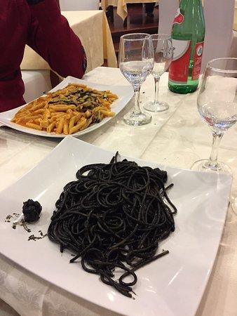 San Gregorio di Catania, Italien: Penne con melanzane e pesce spada / Spaghetti al nero di seppia= Una delizia per il palato