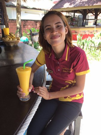 Lanta Castaway Beach Resort: Cute staff with my Mango Shake