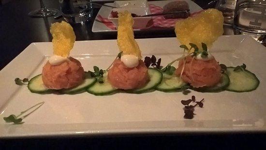 Deventer, Países Bajos: Voorgerecht: opgerolde zalm op komkommer met saffraankroepoek