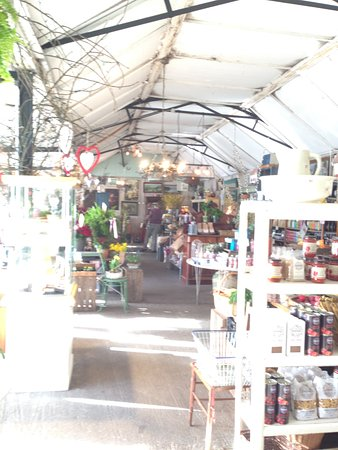 Dundalk, Irland: view of the adjoining florist and shop full of wonderful produce