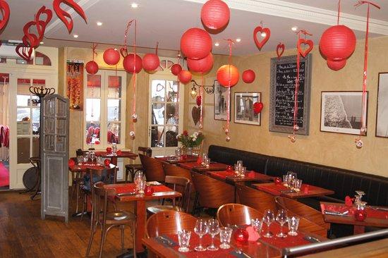 déco de la salle du restaurant ST VALENTIN - Picture of A contre ...