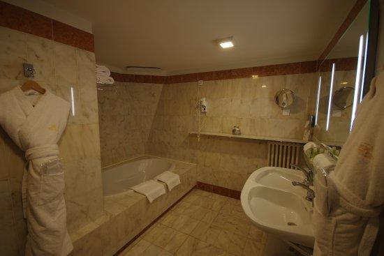 Montbazon, France : salle de bain et douche séparée