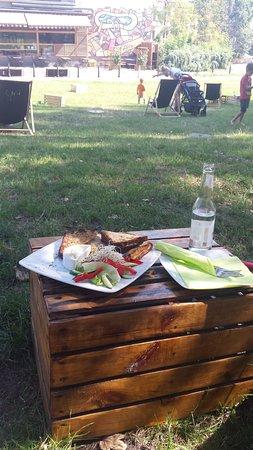 Kafka Cafe: Śniadanie na trawie