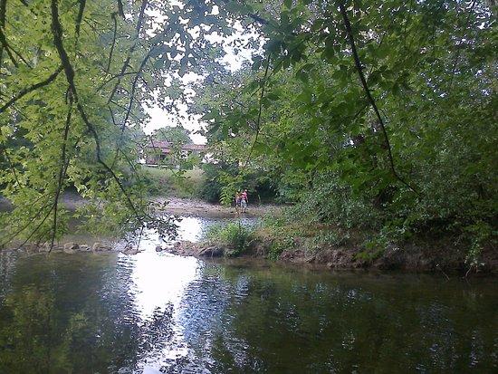 La Roche Chalais, France: Pour digérer: promenade au bord de la riviere juste a cote