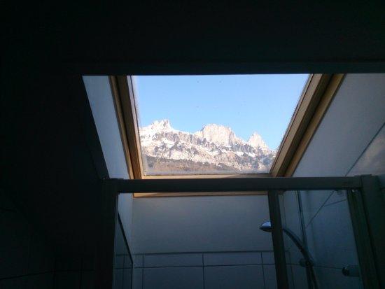 Flumserberg, Svizzera: Окно в душевой комнате.