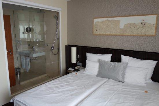 Chambre avec vue sur la salle de bain, store occultant ...