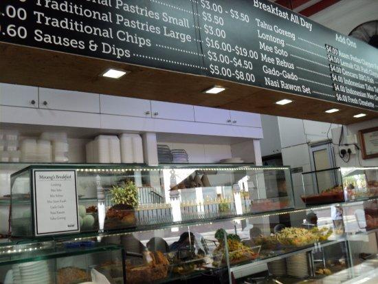 Rumah Makan Minang: Aneka menu RM Minang terpampang diatas etalase & tarifnya