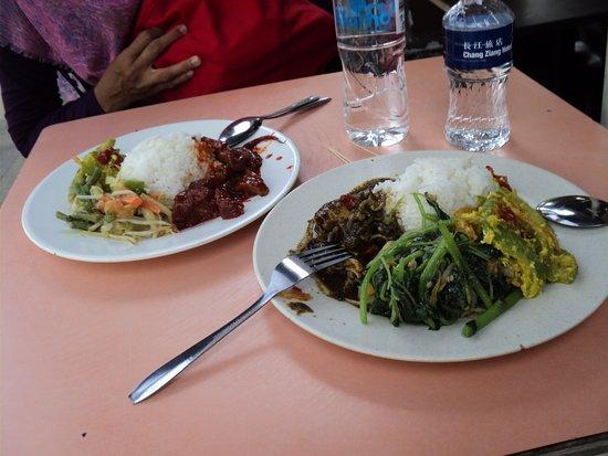 Rumah Makan Minang: Wah,ini menu pesanan favorit kami: nasi rames lauk tumis/kalio cumi plus sayur oseng, pare & aca
