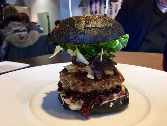 Lens, Suisse : Hamburger de veau à la truffe noire, foie gras poêlé et confit d'oignons