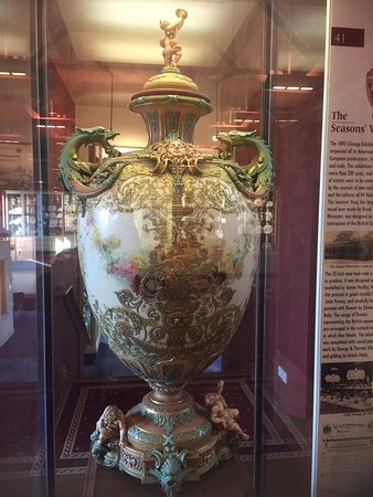 Вустер, UK: This is the largest piece Royal Worcester ever made.