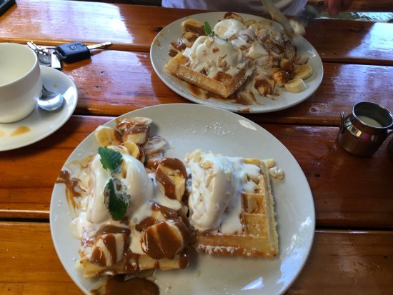 Ramsgate, แอฟริกาใต้: Sharing half banoffee and macadamia nut waffles with ice cream, yum!