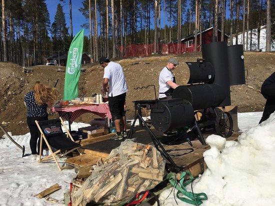 Kabdalis, สวีเดน: På våren serveras det mat utanför kårleone