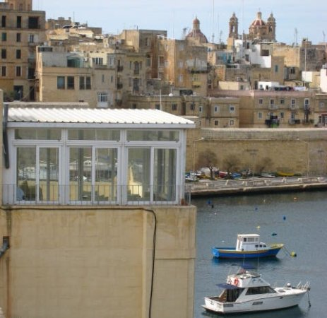 Kalkara, มอลตา: breakfast roof :-) There's also an outdoor dinign area on the other side, overlooking the port.