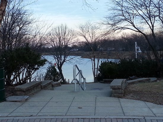 Arlington Heights, IL: a view of the lake from the parking lot