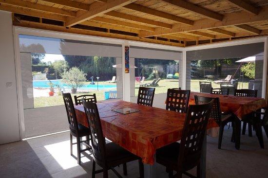 Medis, Frankrike: Cuisine d'été : espace petits déjeuners communs , dans le jardin,  face à la piscine