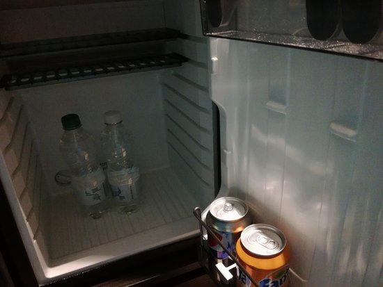 Hotel Indigo London Kensington: La selezione di complimentary snacks and drinks