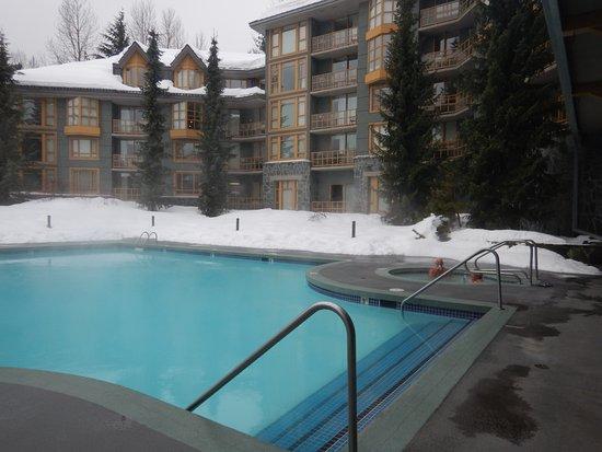 Whistler Cascade Lodge: Heerlijk groot verwarmd zwembad
