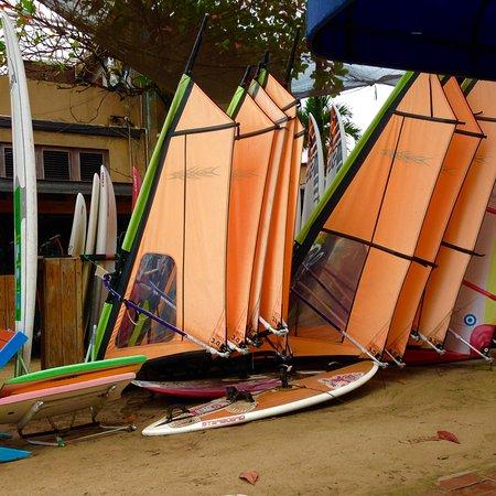 Cabarete, República Dominicana: Beginner sails....awesome sails are not stored outdoors.