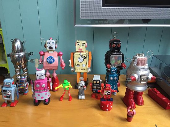 Urban Oasis Bed and Breakfast: The fun robot collection