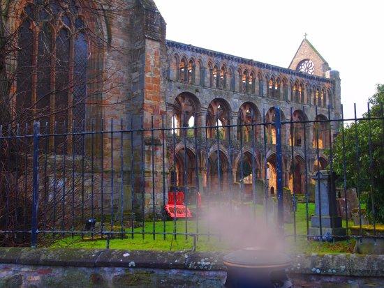 Jedburgh, UK : Vista do lado cemitério...