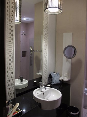 De Chai The Colonial Hotel: Bathroom with shower, bath and sliding mirror that opens into bedroom