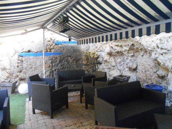 Saint-Etienne-de-Chigny, France: terrasse à l'arrière du restaurant