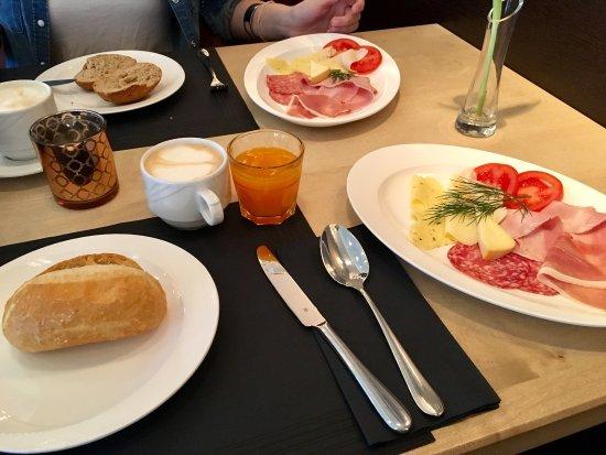 Waldkirch, Alemania: Frühstück am Platz serviert