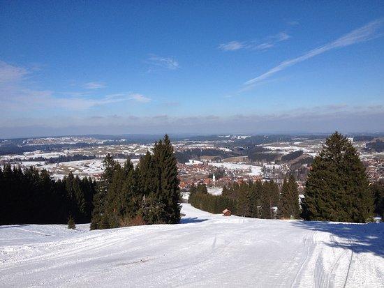 Blick von der Skipiste auf das Dorf Nesselwang