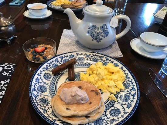 Afton, Virginie : Sunday breakfast - chocolate chip pancakes with chocolate coffee whipped cream and scrambled egg