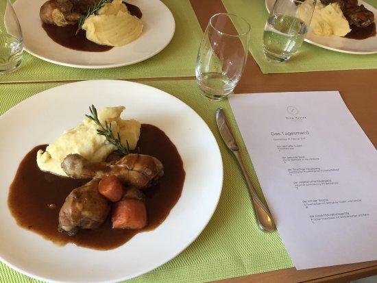 Niederhasli, Schweiz: Geschmorte Pouletschenkel mit Kartoffelstock, war lecker!