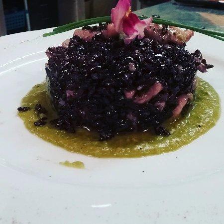 Capezzano Pianore, Italy: risotto venere con calamari su crema di piselli