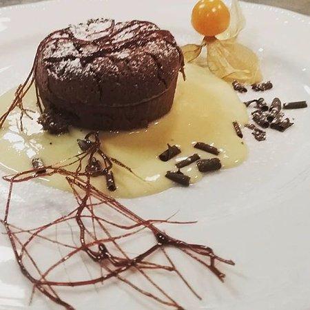 Capezzano Pianore, อิตาลี: tortino al cioccolato su crema al calvados