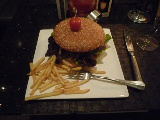 Holiday Inn Zwickau: Hamburger - size of a small dinner plate.