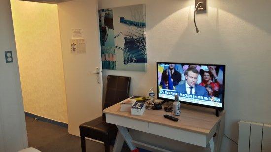 le coin télé de la chambre - Picture of Hotel Restaurant Le ...