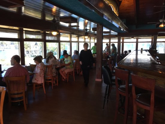 Homosassa Riverside Resort: Restaurant there is overlooking the water...... food was excellent