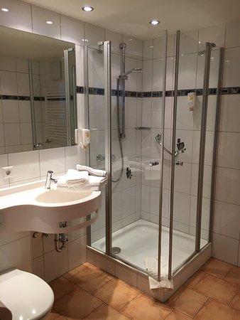 Hotel Waldlust: Ein sehr hübsches Doppelzimmer mit Sofa  und Sitzecke. Der Kasten ist angenehm gross, das Badezi