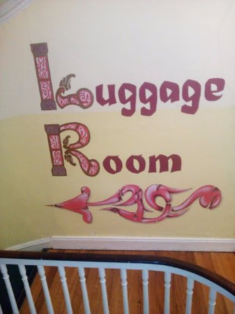 Four Courts Hostel: Direction to the luggage room