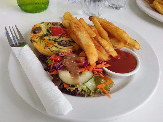 Hornsby, Australien: Mediterranean Fritatta,  salad and chips.
