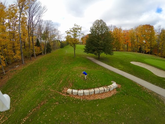 Owen Sound, Kanada: This pic taken from my son's drone as I tee-off from elevated tee on hole #8 (facing the Bay).