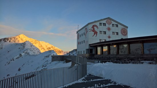 Berghaus Diavolezza: Morgenstimmung auf der Diavolezza