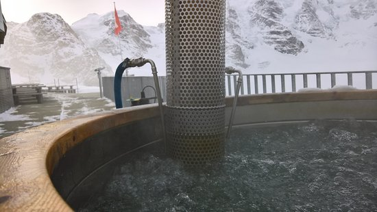 Berghaus Diavolezza: Whirlpool mit Blick auf den Gletscher