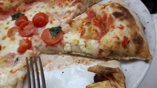 Ristorante Pizzeria Vesuvio 2: Particolare di fetta di margherita con pomodorini(impasto semplice)