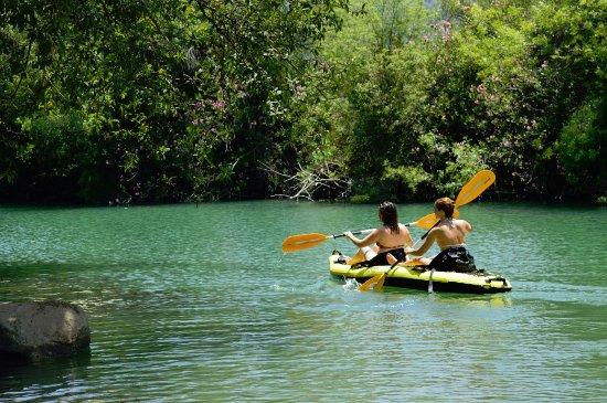 Gaucín, España: Kayak en Río Guadiaro que pasa por la casa