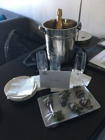 Hilton Chicago/Magnificent Mile Suites: Complimentary chocolate covered strawberries and champagne left in our room compliments of the h