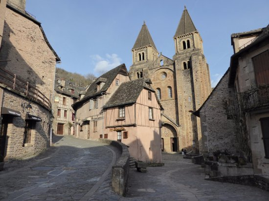 Conques, Frankrijk: Vue sur le village et l'abbatiale