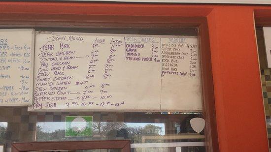 Bodden Town, Gran Caimán: Curried goat Jerk chicken  Mango drink Stallion punch