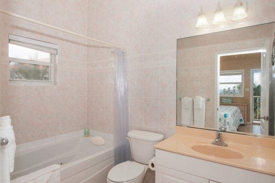 Bodden Town, Grand Cayman: Condo 6 - Master Bedroom - 6 Foot Kohler Whirlpool Tub